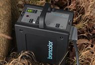 電源の取れないロケ撮影に有効な小型バッテリータイプ