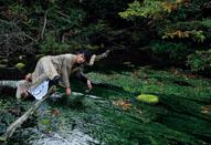 俳優・綾野剛が母なる大地と向き合う様をニコンD4で撮影した写真集「胎響」